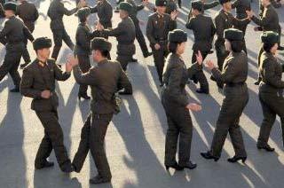 朝鲜男女士兵在广场跳舞
