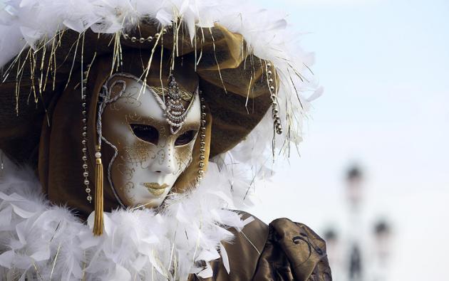 /威尼斯狂欢节盛大开幕美轮美奂面具服饰大比拼