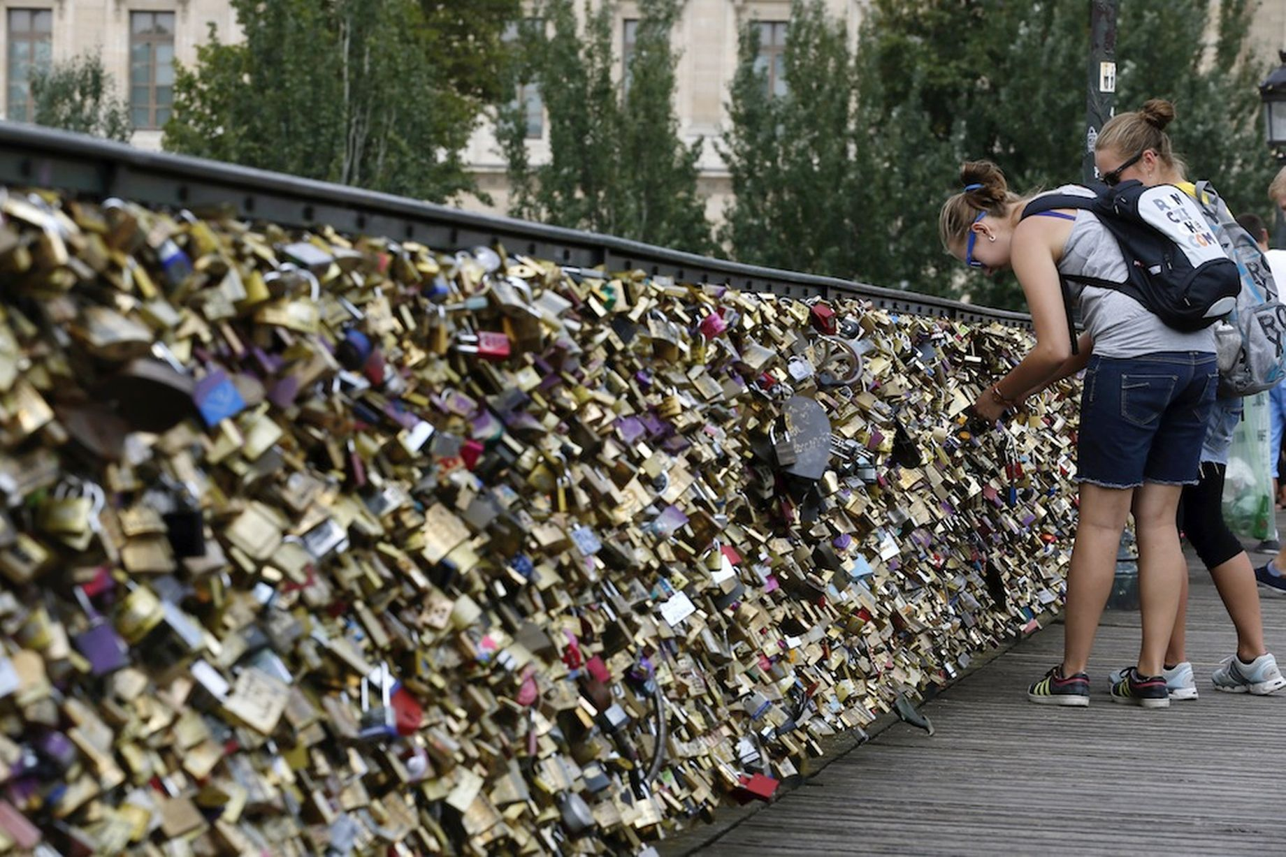 """法推出帮苦逼单身者剪巴黎桥上""""同心锁""""服务"""