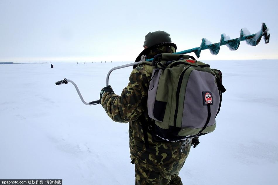 俄罗斯圣彼得堡冬季垂钓 乐趣十足