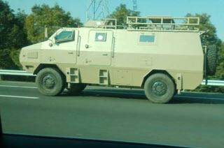 街拍:我军人员输送轻型装甲车