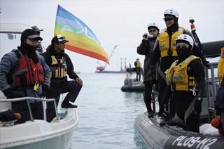反美冲绳民众与海岸警卫队对峙
