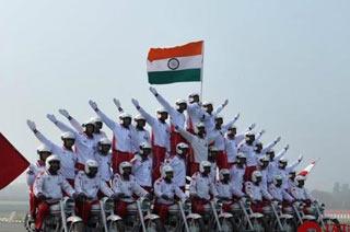 印度阅兵式彩排摩托叠罗汉
