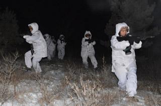 零下30度寒夜特战女兵出动搜索
