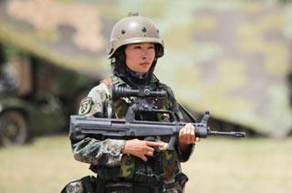 朱日和训练场女兵顶着烈日站岗
