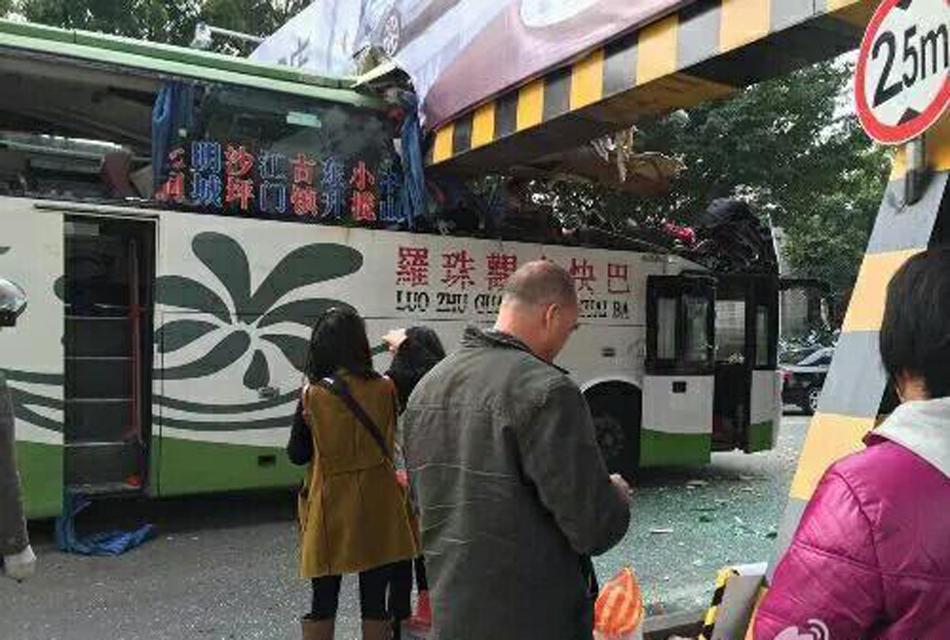 客车被限高架切头现场 2死9伤 (9)