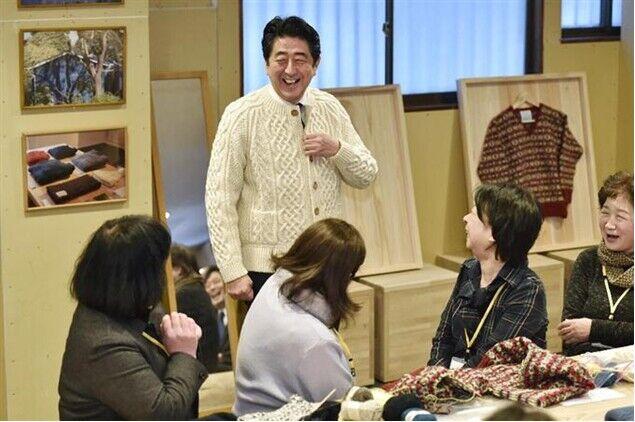 安倍视察311地震灾区 在灾后创立工厂试穿毛衣