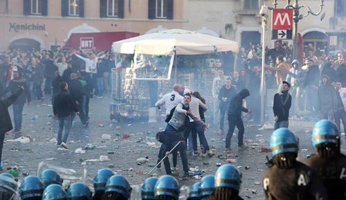 欧联杯球迷骚乱:随地大小便 酒瓶扔满地