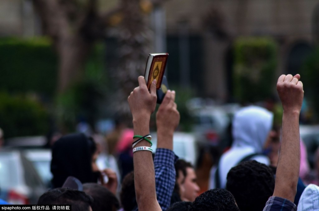组图:埃及学生抗议持续不断 反对军事统治支持前总统莫西