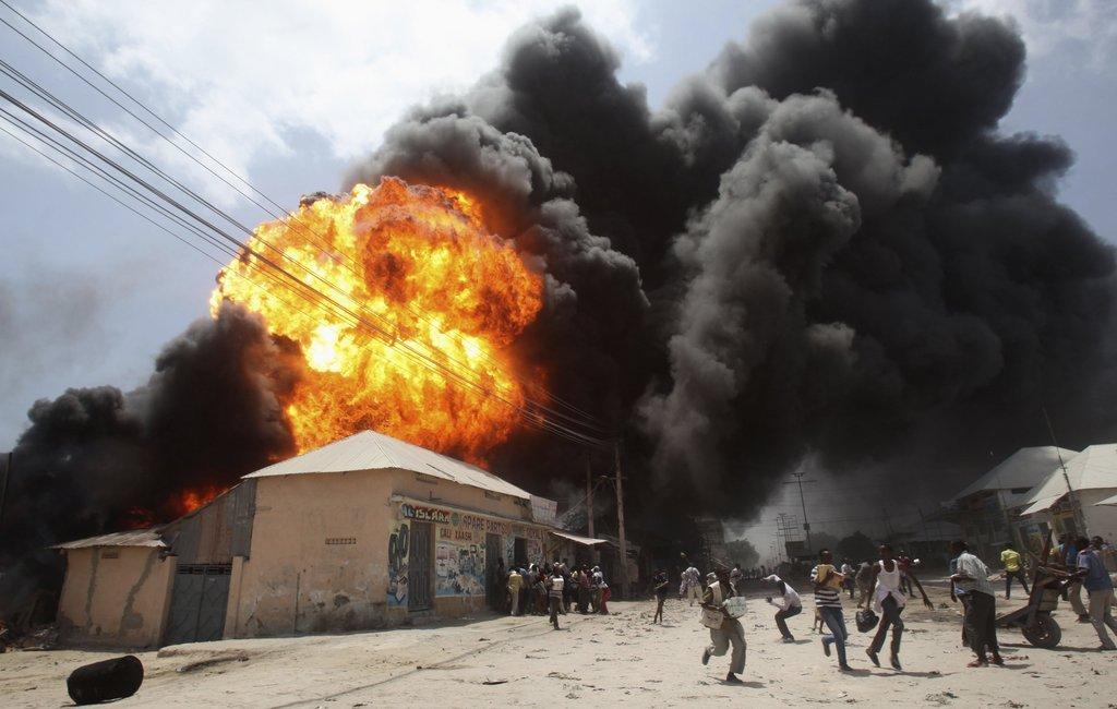 索马里加油站发生巨大爆炸 民众惊慌逃离