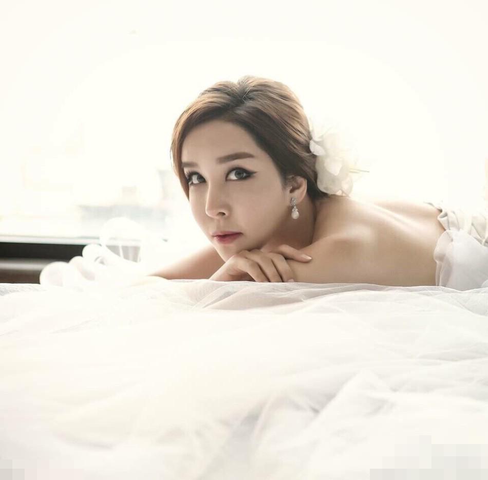 河莉秀身穿纯白婚纱,胸前露沟后露美背,躺在床上诱惑性感.免图片