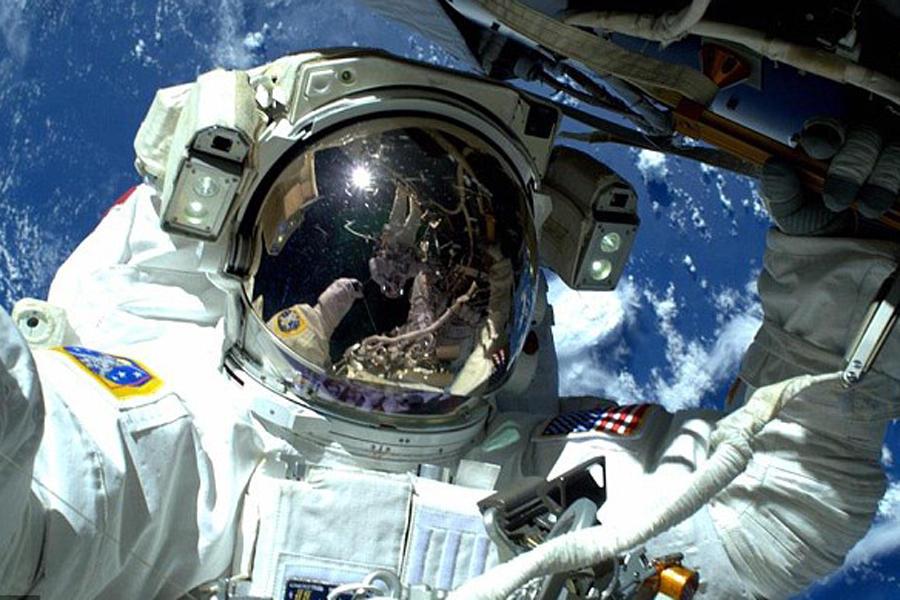 过年期间宇航员都在干吗?太空行走玩自拍