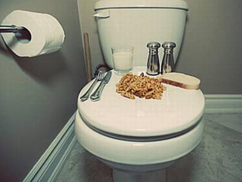 日本学生躲进厕所吃饭究竟为哪般