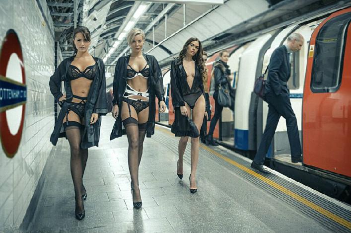 内衣模特伦敦地铁站台走秀