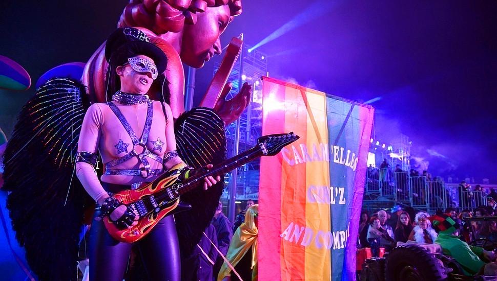 法国尼斯狂欢节盛大举行 同性恋游行吸引眼球