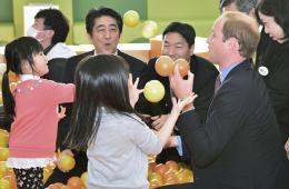 英国威廉王子与日本首相安倍一同访问福岛