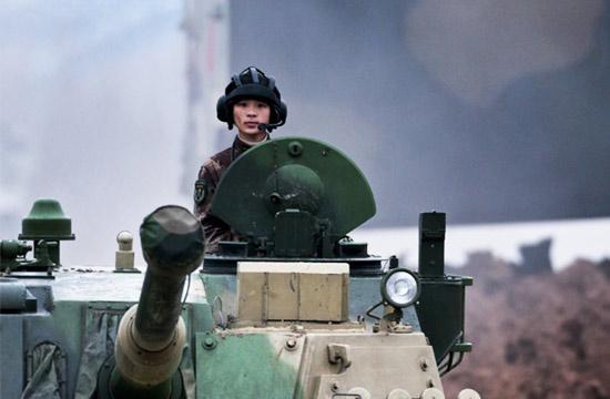 女军官当上05式装甲车一线教员
