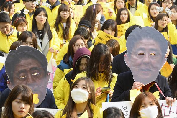 """韩国民众高举安倍""""无眼""""头像游行 纪念独立运动日"""