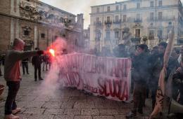 意大利数百名学生集会抗议教育改革