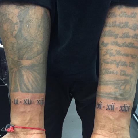 west)别出心裁,将自己母亲和女儿的生日用罗马数字分别纹在了左右手的