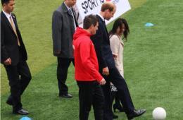 威廉王子参观上海南洋中学 足球场上秀脚法