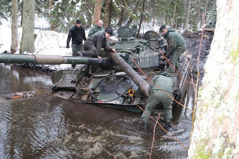 波兰第九骑兵旅坦克开进泥潭动弹不得(组图)