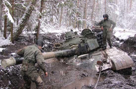 波兰坦克开进泥潭动弹不得