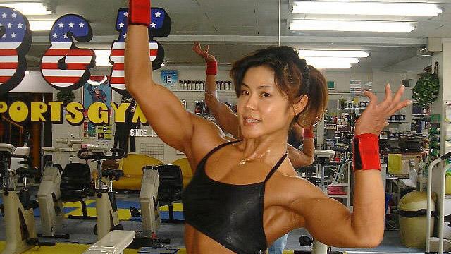 日本48岁女健身运动员走红 肌肉与美貌兼得