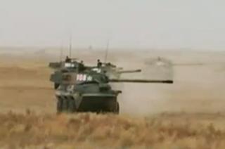 解放军轮式突击炮也玩横刀立马