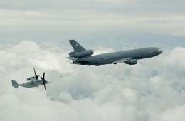 美军鱼鹰在云层之巅空中加油