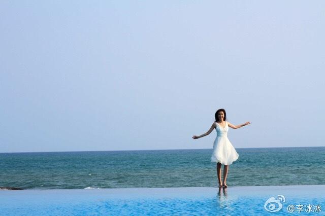 碧水蓝天还有美人!李冰冰穿白裙优雅