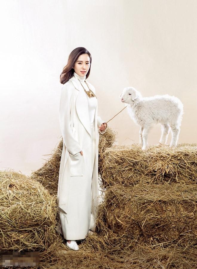刘诗诗羊年封面大片曝光 牵小羊羔出境