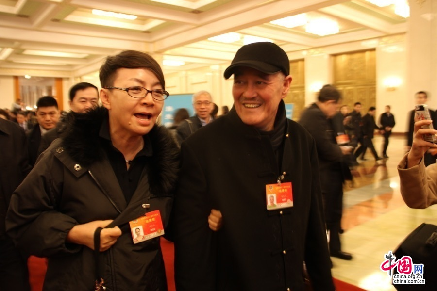 赵本山与宋丹丹为躲记者围堵 翻护栏迅速上车