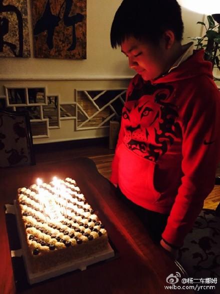 杨二车娜姆晒金星陪小儿子切蛋糕庆生照