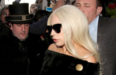 Lady Gaga一字肩搭开叉半裙亮相 装扮正常化
