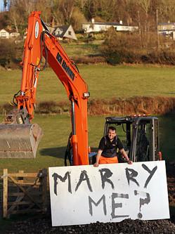 英国筑路工人用挖掘机写字求婚