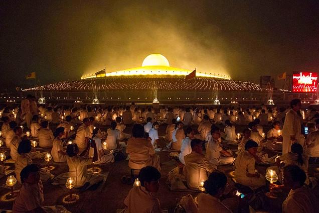 泰国庆万佛节 僧侣举烛绕佛行走