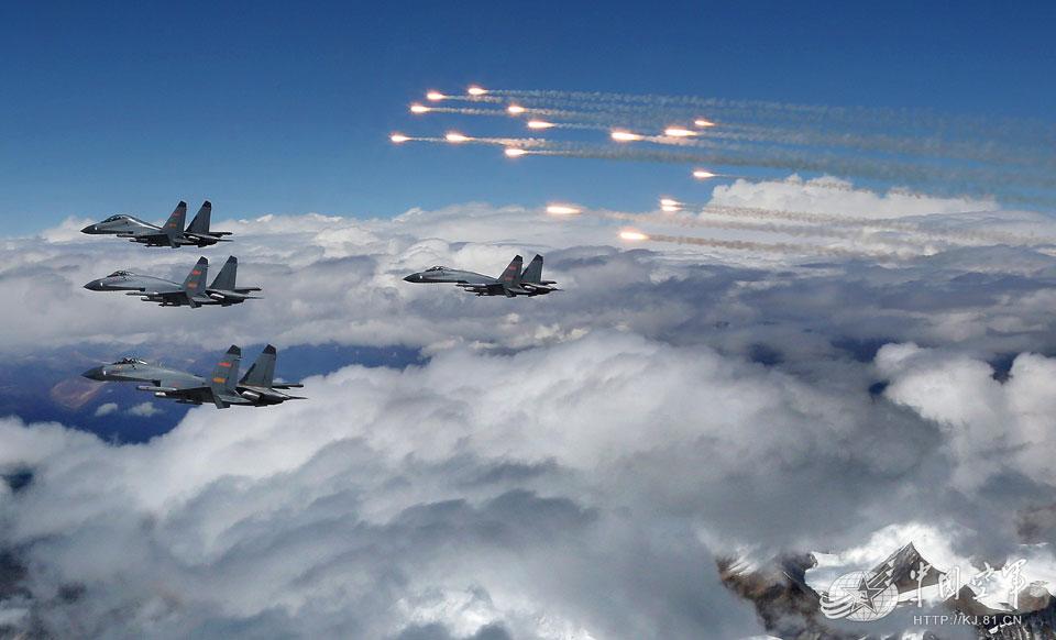 战斗机释放干扰弹