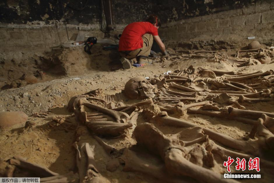 家推测他们死于中世纪的黑死病.根据初步发掘,这个墓地由8?-巴黎