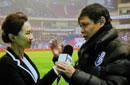 范志毅回应手握女记者:我是帮她扶住话筒台标