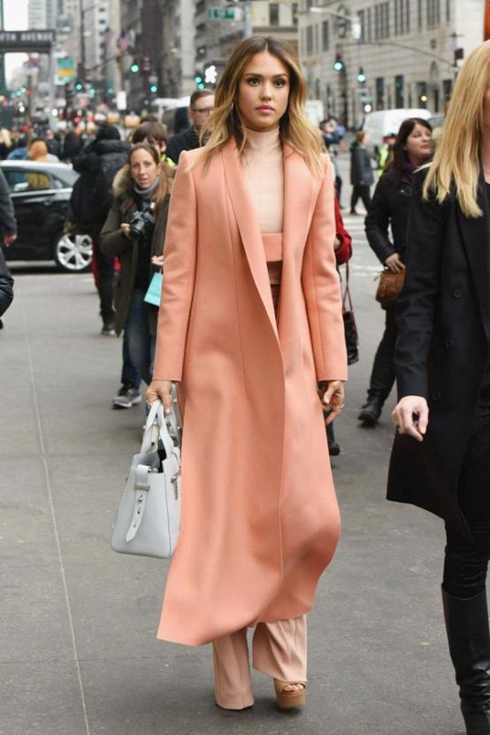 杰西卡•阿尔芭亮相纽约 甜美粉色装扮来袭
