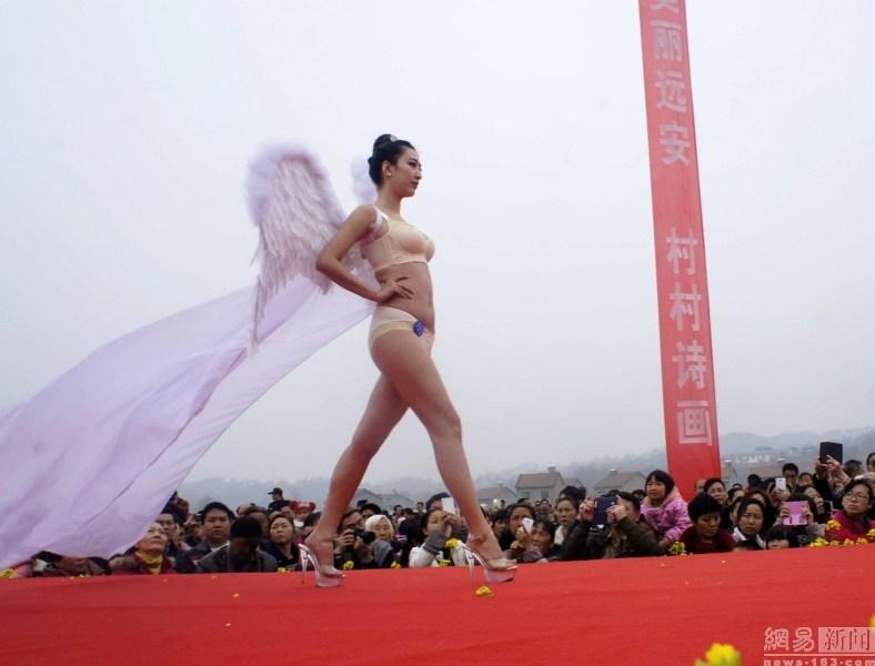 湖北宜昌上演乡村T台秀 女模清凉上阵 - 寒雪 - 寒雪·欢迎您!
