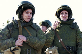 俄军驻西部军区女兵分队练枪