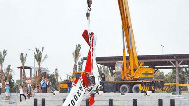 台湾一架轻航机坠湖2人死亡 目击者:太可怕了