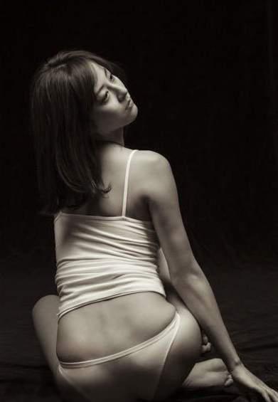 性感裸背黑白壁纸