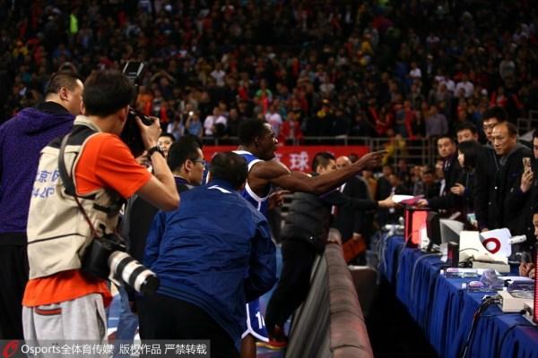 哈神不满判罚赛后质疑技术台 怒摔记者手机遭嘘