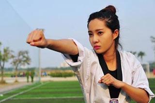 越南美女小警花认真打拳