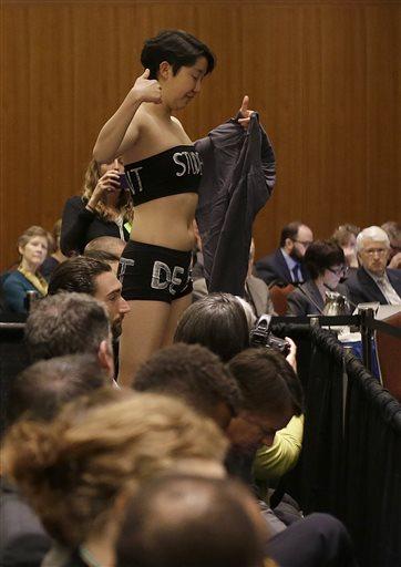 看看美国女学生是如何抗议涨学费的