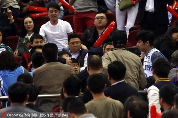 球迷扔杂物+打架引重磅罚单 北京被篮协罚22万