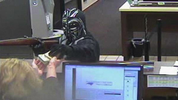 """美国一男子化装成""""黑武士""""并持枪打劫了北卡州一家银行"""